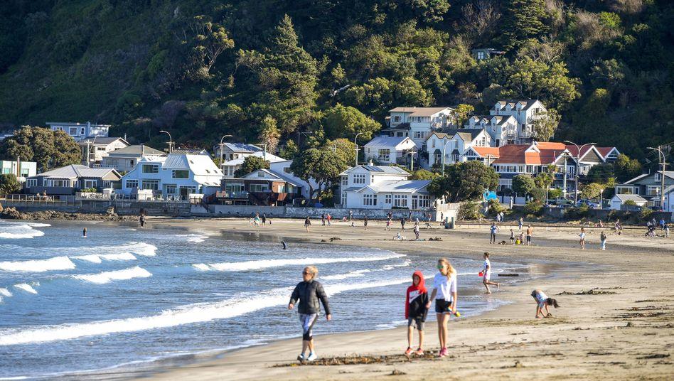 Spaziergänger am Strand der Hauptstadt Wellington: insgesamt weniger als 1500 Erkrankte