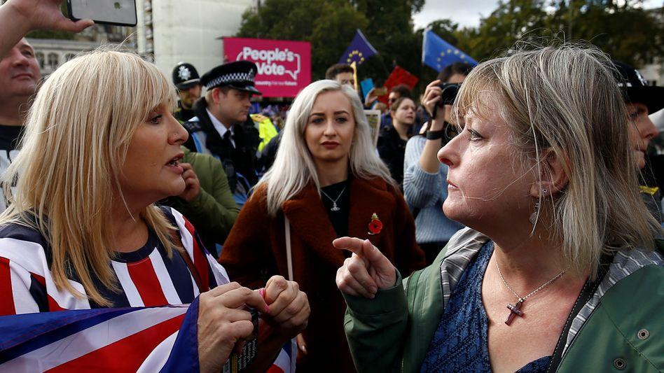Brexit- Befürworter und Gegner streiten sich vor dem Parlament in London