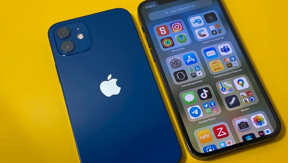 Ganz in Blau: Die neuen iPhones 12 (links) und 12 Pro