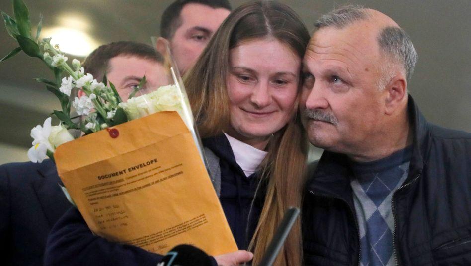 """Maria Butina mit ihrem Vater nach ihrer Rückkehr in Moskau: """"Schrecklichste Erfahrung"""""""
