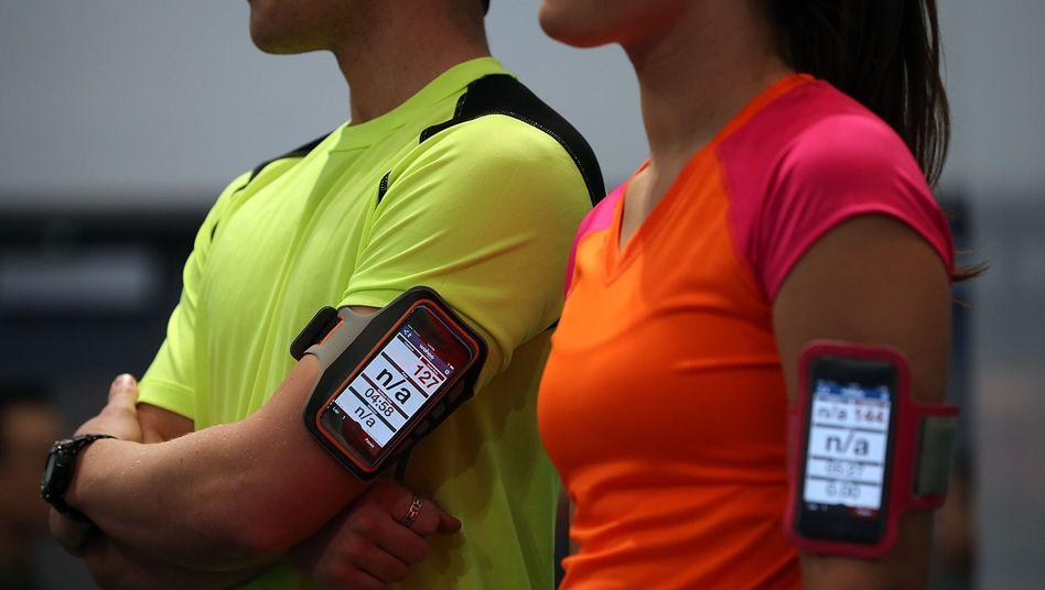 Models mit Fitness-Messern (Symbolbild): Symantec warnt vor Sicherheitslücken, nennt jedoch keine App-Namen