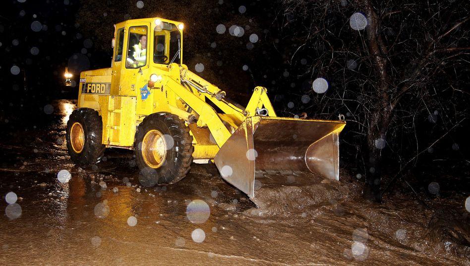 Erdrutsch und überschwemmte Straße in Nordkalifornien