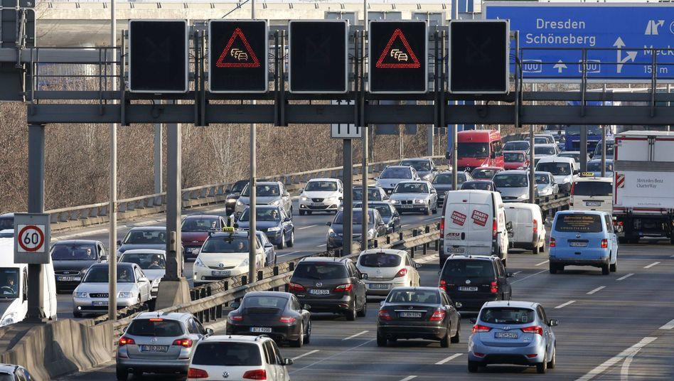 Stau auf der A100 soll es laut den Grünen spätestens ab 2035 nur noch im Elektroauto geben