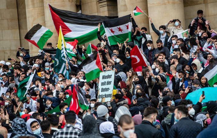 Zahlreiche Demonstranten versammelten sich vor dem Opernhaus in Stuttgart