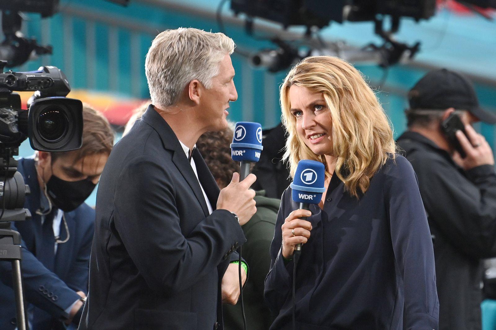 Bastian SCHWEINSTEIGER (Fussballexperte der ARD) mit Moderatorin Jessy WELLMER. Achtelfinale, Spiel M44, England (ENG) -