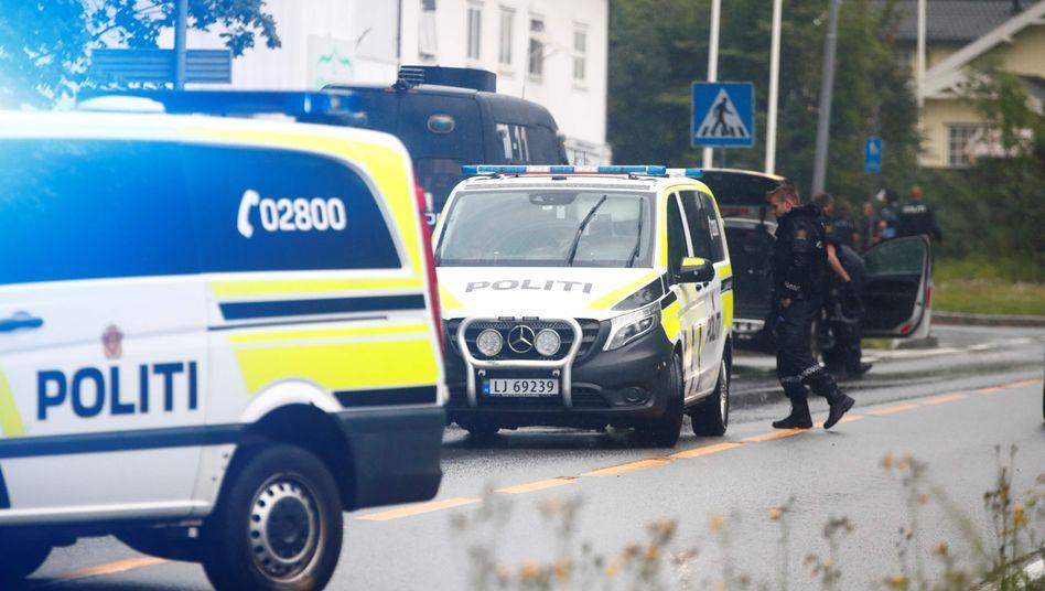Polizei vor der Al-Noor-Moschee in Baerum vergangene Woche: Nun hat ein 21 Jahre alter Mann die Tat gestanden