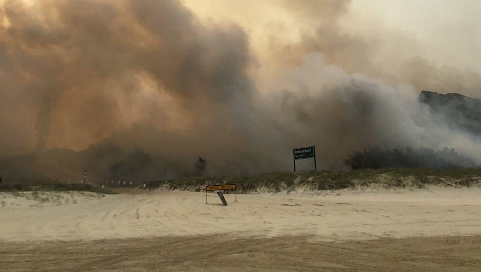 Dunkler Rauch am Strand von Fraser Island: Ein Großteil der Insel ist zerstört