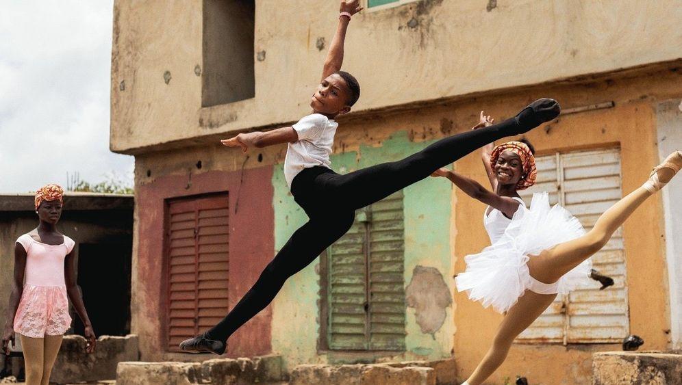 Mit Kraft und Anmut: Anthony und seine Klassenkameradin Olamide üben den »Pas de deux«, den Tanz zu zweit.