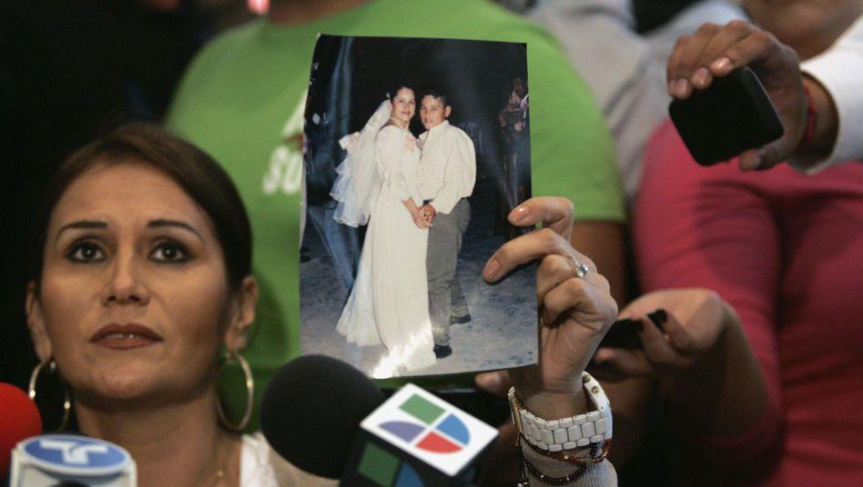 Anwältin Guerrero zeigt ein Foto von Félix Beltrán: Mit Sohn von Drogenboss verwechselt