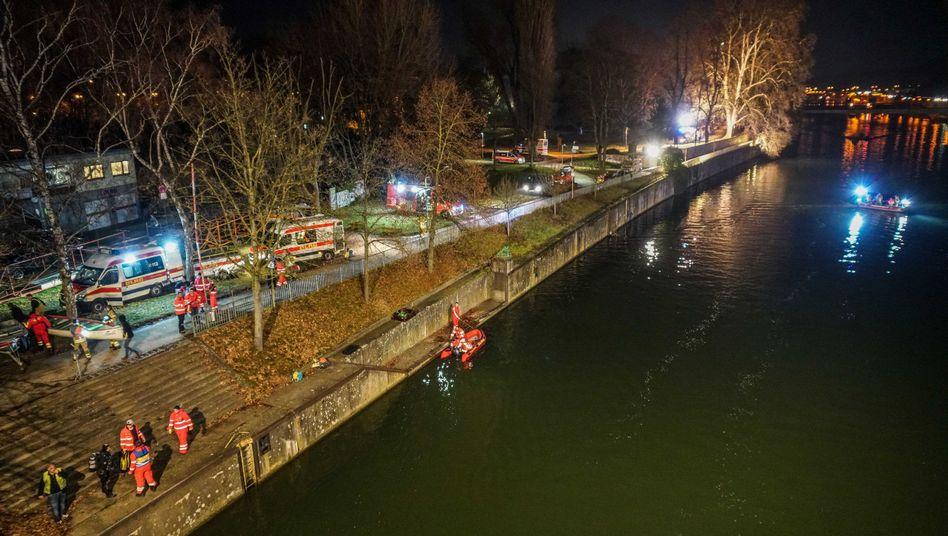 Einsatz in Esslingen: Zahlreiche Rettungskräfte suchten im Neckar nach einem Mann, der im Wasser untergegangen war