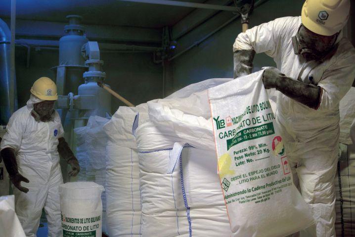 Arbeiter in Bolivien mit Lithiumcarbonat