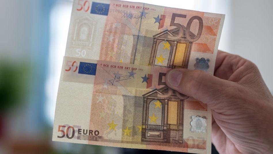 Echter (oben) und gefälschter 50-Euro-Schein