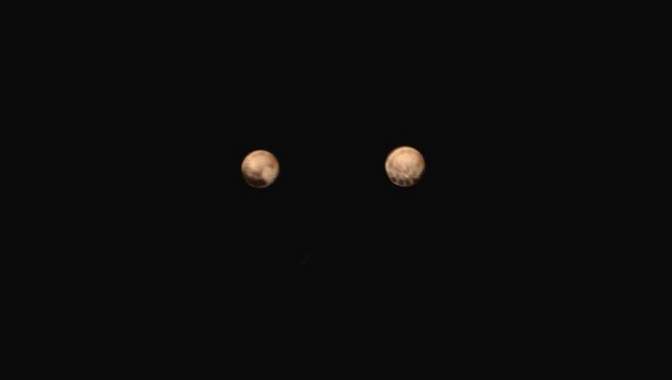 Im Anflug: Die Bildkombo zeigt zwei aktuelle Pluto-Fotos nebeneinander