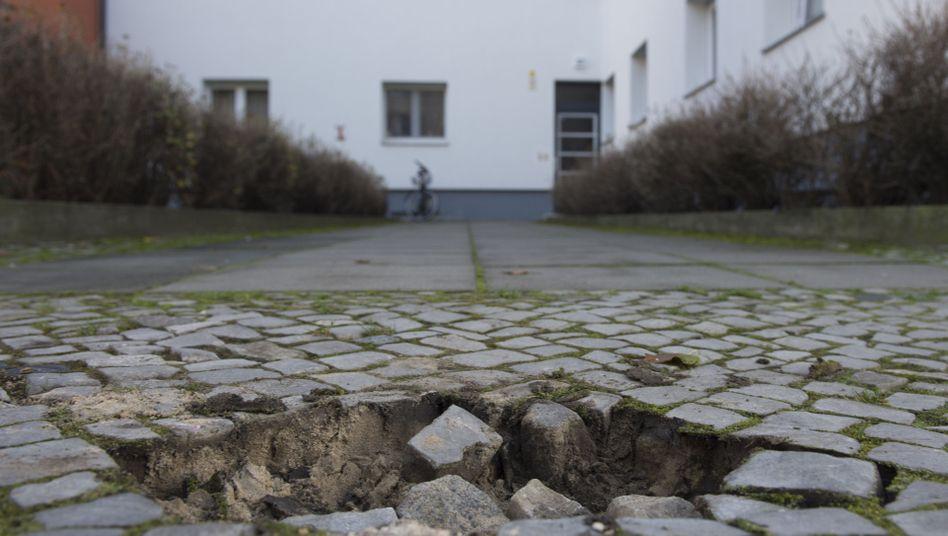 Ein Loch im Bürgersteig nach der Entwendung eines Stolpersteins in Neukölln (7. November)