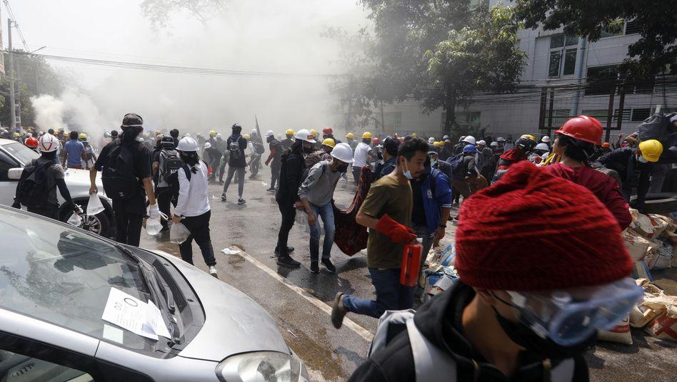 Proteste in Yangon: Sicherheitskräfte setzten auch wieder Tränengas, Blendgranaten und Gummigeschosse gegen Demonstrierende ein