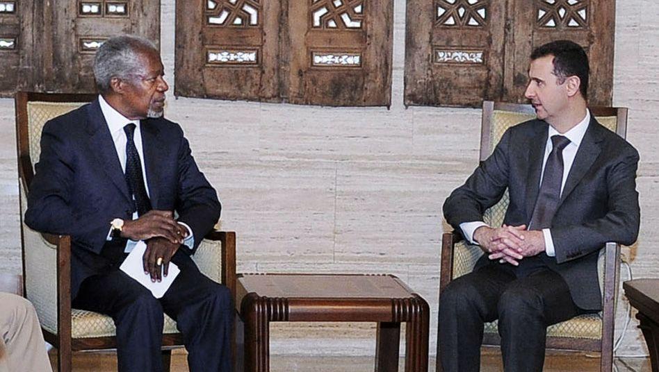 Assad (rechts) im Gespräch mit Annan: 48 Stunden Frist