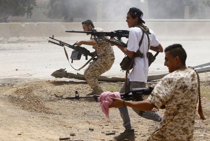 Soldaten der Sarraj-Regierung kämpfen im Juni 2019 gegen den Vormarsch der Haftar-Truppen auf Tripolis