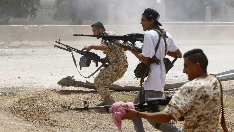 Kämpfer einer regierungstreuen Miliz im Süden der libanesischen Hauptstadt Tripolis