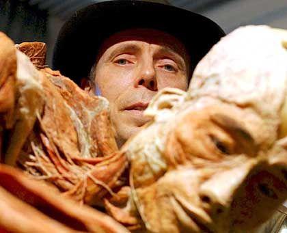 Anatom von Hagens, Exponat: Verkleidet und in unnatürlicher Pose
