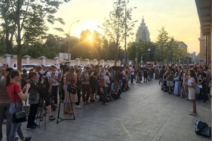 Freunde und Kollegen von Golunow protestierten am Freitag gegen dessen Festnahme