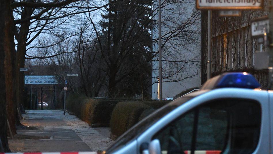 Polizeifahrzeug am Einsatzort in Berlin-Neukölln