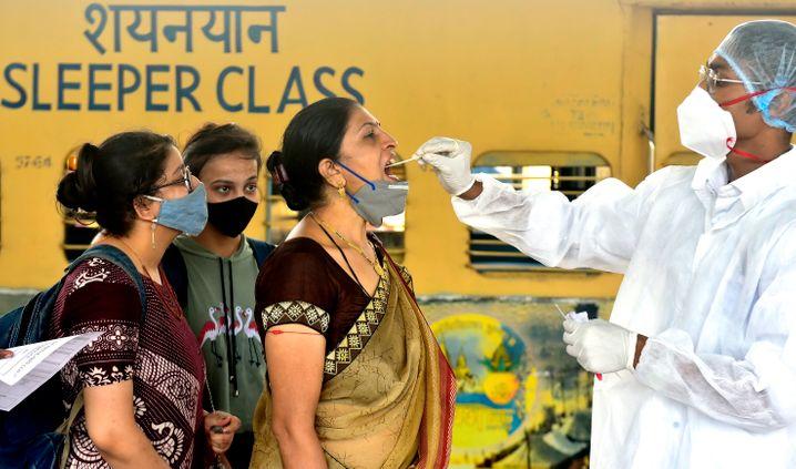Covid-19-Test bei Mitarbeiterinnen im Gesundheitswesen, die Ende Juli mit dem Pendlerzug in Mumbai angekommen sind