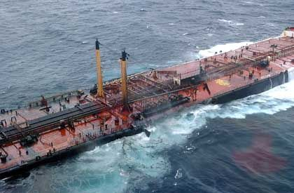 Spanische und portugiesische Behörden hatten es abgelehnt, den havarierten Tanker in einem ihrer Häfen aufzunehmen