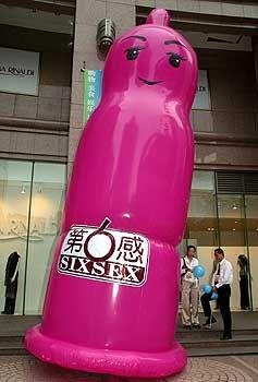 Bitte nicht auf dem Campus: Riesen-Kondom (in Shanghai)