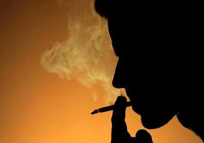Rauchender Mann: Das Nikotin aus der Zigarette soll den Schlaf stören