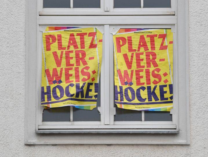 Transparente in Cottbus am 4. August 2019 gegen eine JA-Kundgebung mit Höcke