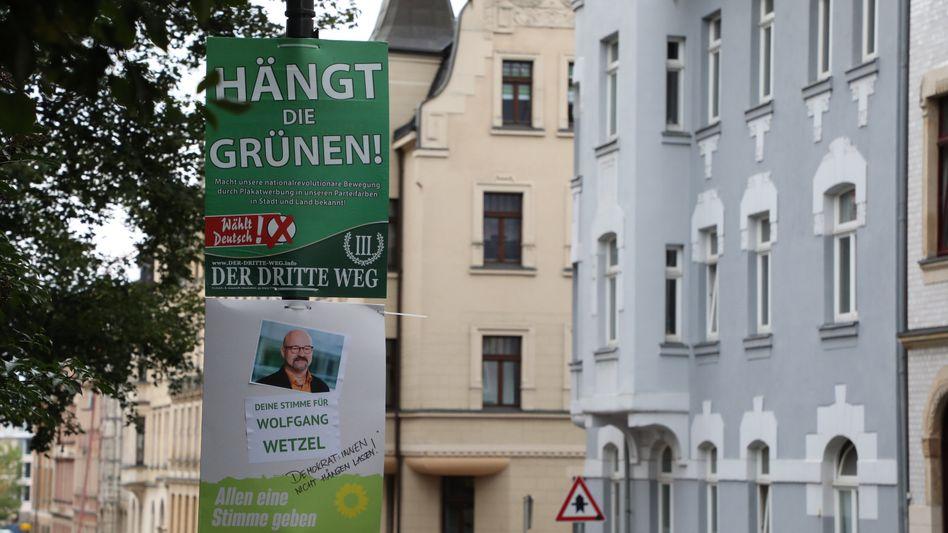 Eines der umstrittenen Plakate der rechtsextremen Kleinstpartei »III. Weg« hängt in Zwickau