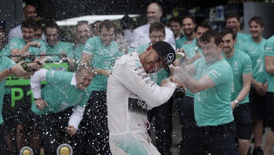 Mercedes-Pilot Hamilton: Feier mit dem Team
