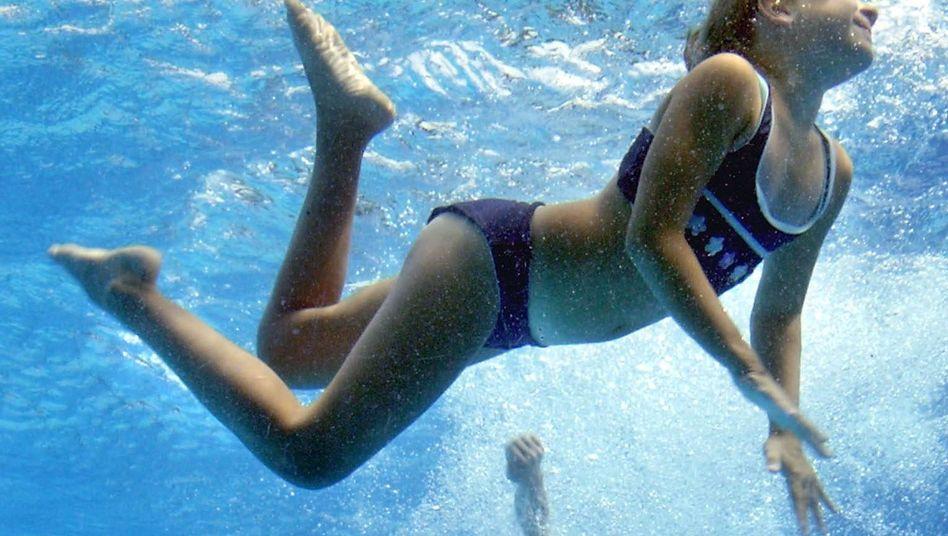 Sommer ist Freibadzeit: Sich permanent gegenseitig ins Wasser zu werfen, gehörte dazu