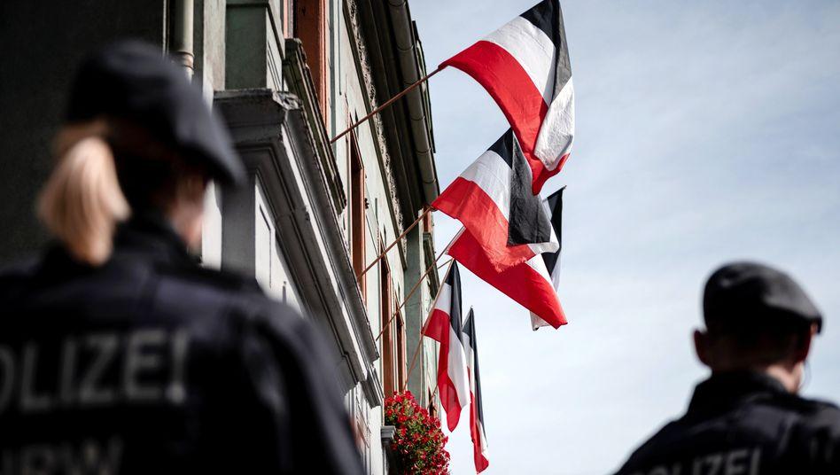 Reichsfahnen hängen an den Fenstern von Häusern in der Emscherstraße in Dortmund-Dorstfeld (Archivbild)