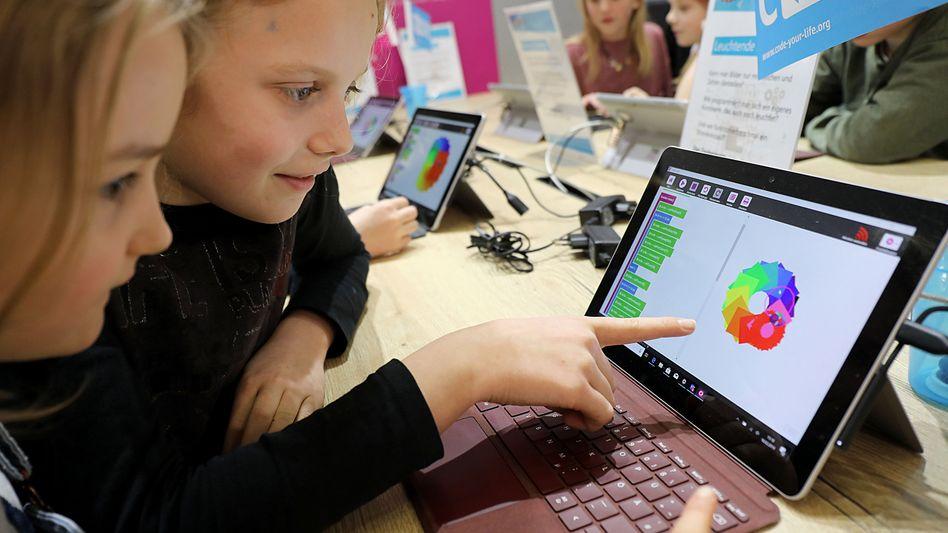 Schülerinnen probieren digitales Unterrichtsmaterial aus (auf der Didacta in Köln)