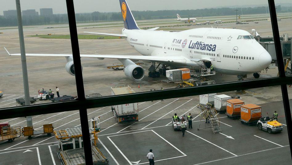 Lufthansa-Maschine in Peking (Archivbild): Die Fluggesellschaft stellt sämtliche Flüge vorübergehend ein