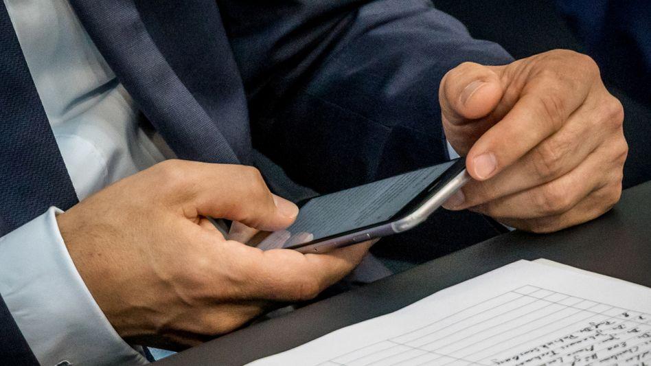Heiko Maas schaut im Bundestag auf sein Smartphone (Archivbild)