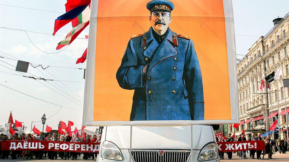 Josef Stalin: Für viele Kommunisten (hier eine Demonstration im Jahr 2005) ist der Diktator noch immer ein Held