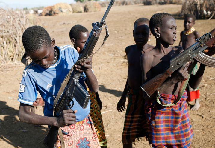 In der Grenzregion zwischen Kenia und Südsudan tragen viele Kinder Waffen