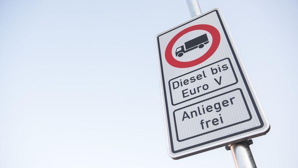 Fahrverbotsschild für Dieselautos in Hamburg