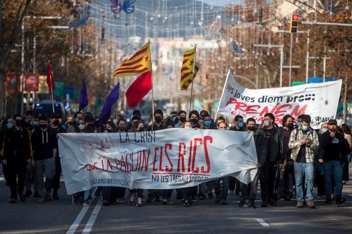Katalanische Gruppen protestieren vor der Börse in Barcelona gegen die Corona-Politik der Regierung
