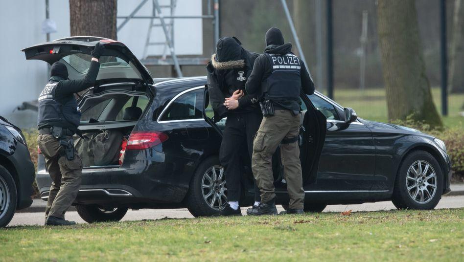 """Verdächtiger auf dem Weg zum Haftrichter in Karlsruhe:""""Ein regelrechtes Massaker"""""""