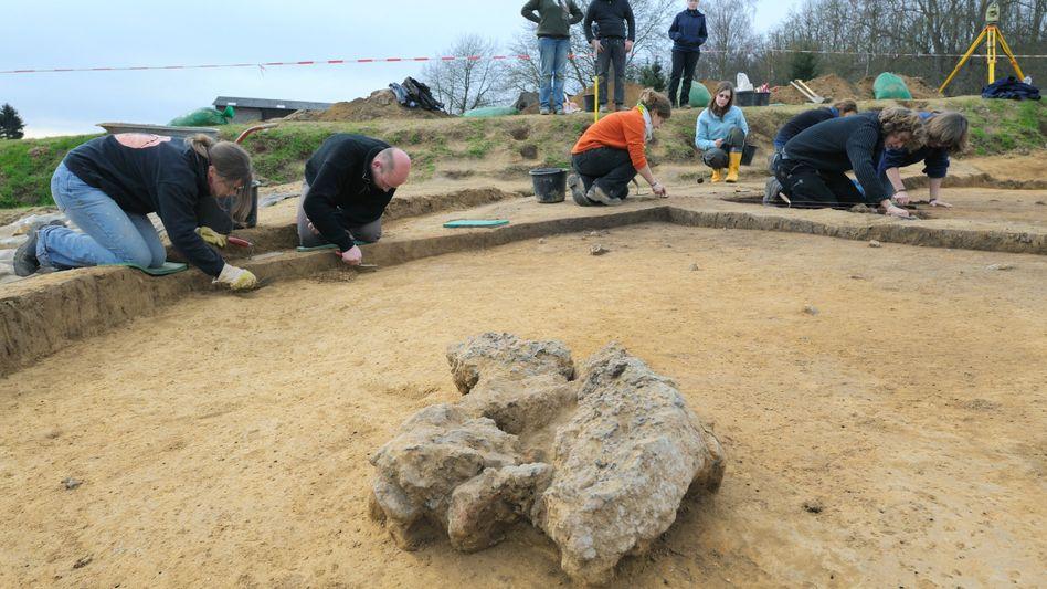 """Archäologie-Studenten an einer Ausgrabungsstelle im mittleren Lahntal: """"Man muss sich darum kümmern, dass das Gold darauf bleibt"""""""