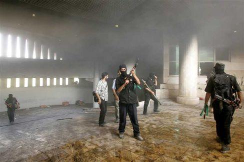 Hamas-Kämpfer nach der Eroberung der Geheimdienst-Zentrale im Gaza-Streifen: Jetzt wird aufgeräumt, zeigt schon die Rhetorik der Hamas