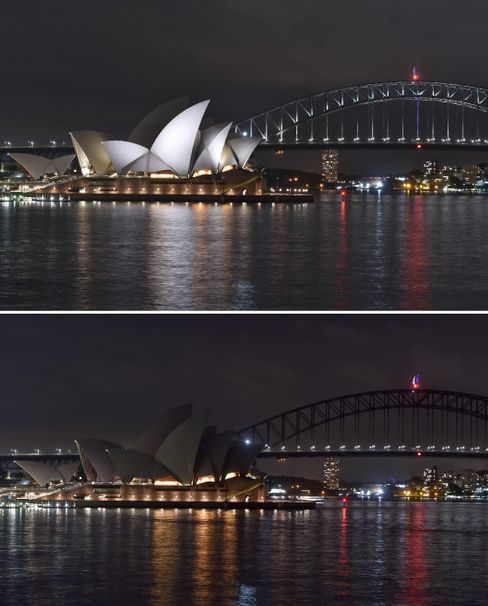 Opernhaus in Sydney: oben angestrahlt, unten ohne Außenbeleuchtung