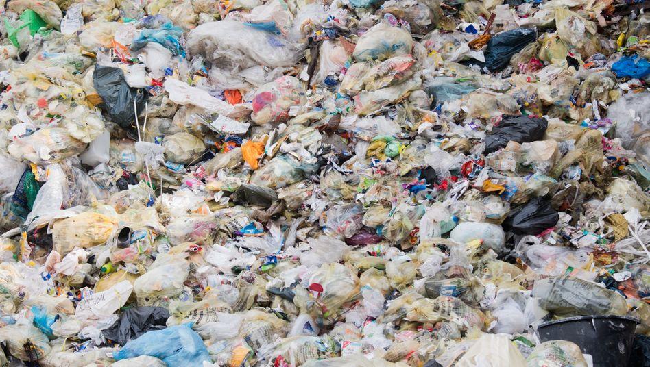 Plastiktüten, Flaschen, Dosen: Verpackungsmüll in einer Deponie