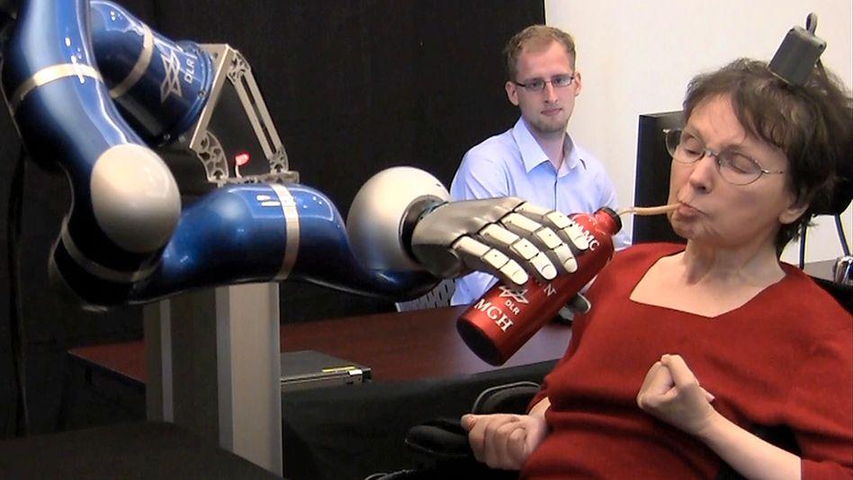 Schlaganfallpatientin steuert einen Roboterarm mit Gedanken