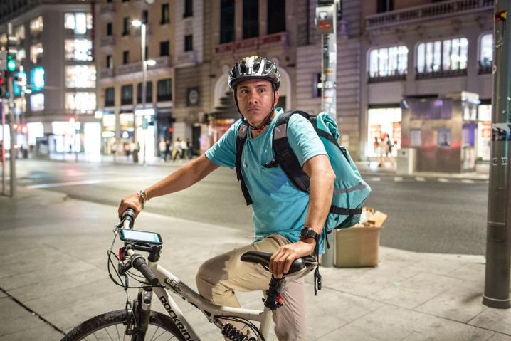 Many Venezuelans work for food delivery services in Madrid: like Kennedy, seen here.