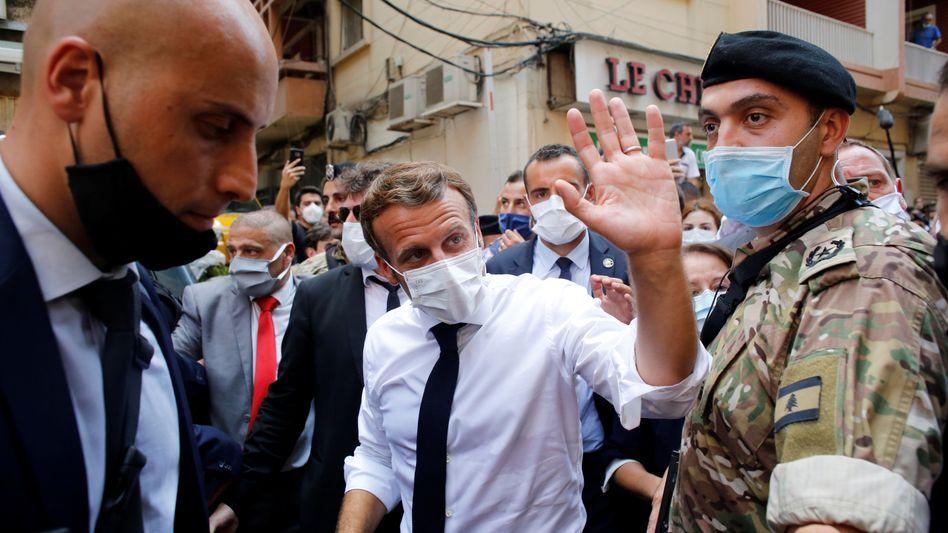 Macron winkt im Stadtzentrum von Beirut den Demonstranten zu