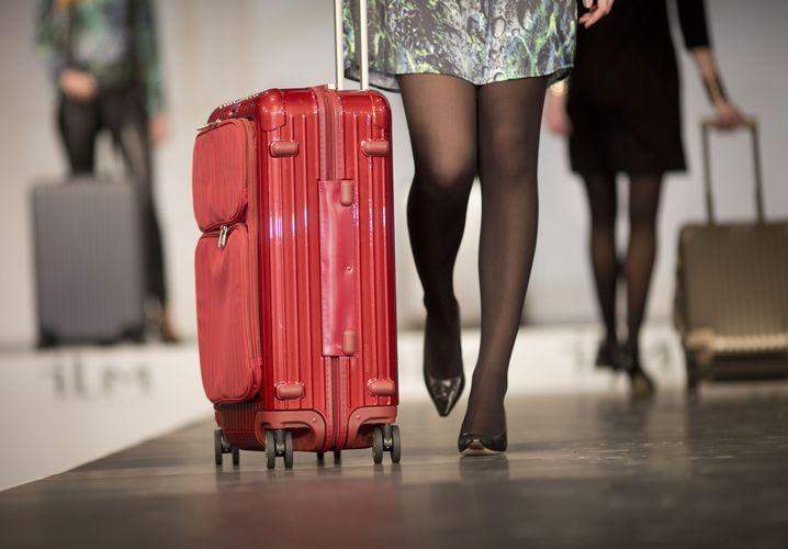 Geschäftsreisende mögen in der Regel keinen roten Koffer neben sich herrollern